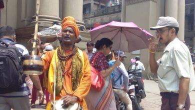 Photo of সাংবাদিকদের মারধোর করে ক্যামেরা ভেঙে মোবাইল কেড়ে নেওয়ায় বর্দ্ধমান কার্জনগেটে ও হাসপাতলে প্রতিবাদে মুখর হলেন স্বপন দত্ত বাউল গানের মাধ্যমে