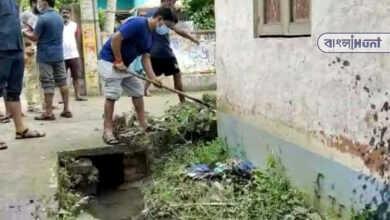 Photo of জল যন্ত্রণায় ভুগছে এলাকাবাসী, নিজেই কোদাল হাতে নর্দমা পরিস্কারে নামলেন BJP বিধায়ক