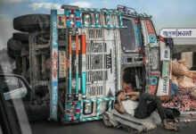 Photo of পাল্টি খাওয়া লরির সামনে রাজার মতো শুয়ে ফোনে কথা বলছে চালক, তুমুল ভাইরাল হল ছবি
