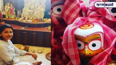 Photo of লকডাউনের জেরে বাড়িতেই জগন্নাথের স্নানযাত্রার আয়োজন রচনার, নিজে হাতে স্নান করালেন জগন্নাথকে