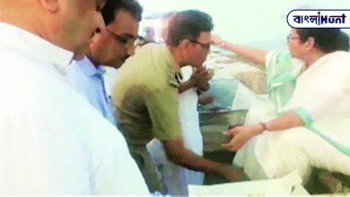 Photo of বদলি হওয়া তিন অফিসারের মধ্যে একজন মমতার পা ছুঁয়েছিলেন, ভিডিও পোস্ট করে দাবি মালব্যর