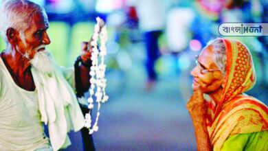 Photo of বৃদ্ধ বাবা-মায়ের দেখভাল না করায় ৭ জন কর্মীর ৩০% বেতন কেটে নিল জেলা পরিষদ
